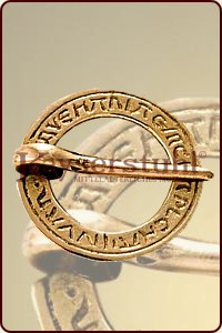 "Ringfibel mit Inschrift ""Ave Maria"""